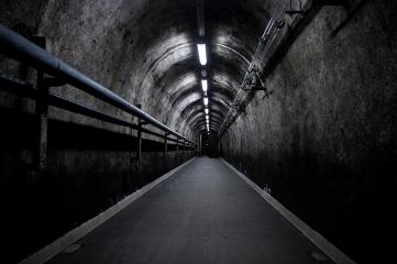 Długi tunel prowadzi do wnętrza podziemnej wieży...