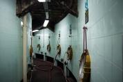 Ogromne cysterny wbudowane w ścianie