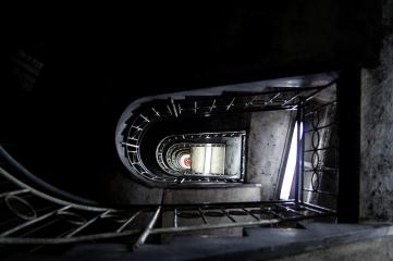 Schody w piwnicy-wieży