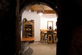 Widok na salę degustacyjną ze starej piwnicy