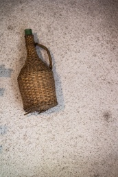 Stara flaszka w piwnicy